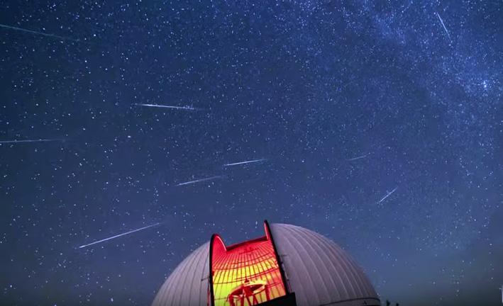 Perseiderna syns som stjärnfall på natthimlen (Bild: NASA)