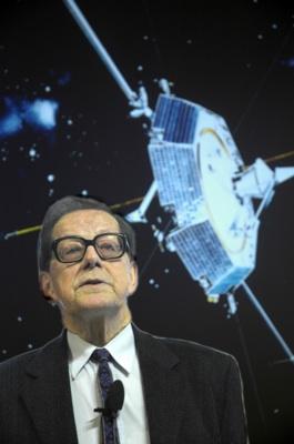 Prof. em. Bengt Hultqvist framför en bild på den första svenska satelliten Viking (uppsändning 1986) som han var en av initiativtagarna till (Foto: Torbjörn Lövgren, IRF)