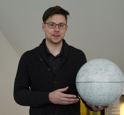 Charles Lue, Institutet för rymdfysik och Umeå universitet, har studerat månen i sin doktorsavhandling. (Foto: Rick McGregor, IRF)
