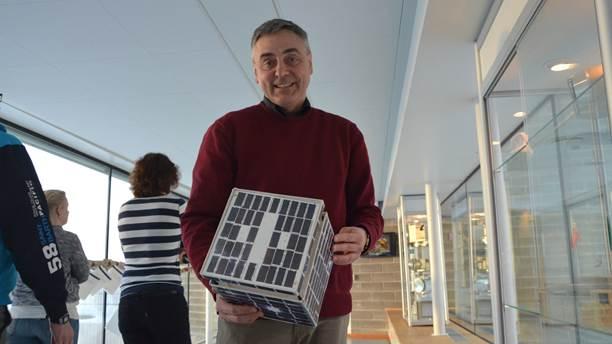 Stas Barabash med nanosatelliten Munin som byggdes av Institutet för rymdfysik och skickades upp i rymden november 2001. Foto: Petra Olsson